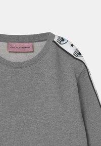 CHIARA FERRAGNI - TAPE ID CREWNECK - Sweatshirt - grey - 2