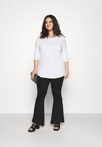 CAPSULE by Simply Be - COLD SHOULDER TUNIC - T-shirts med print - white - 1