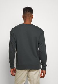 Nike Sportswear - FESTIVAL CREW - Sweatshirts - dark smoke grey/volt - 2
