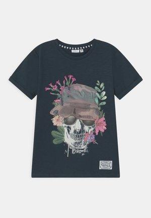 NKMTUNISH - T-shirt z nadrukiem - dark sapphire