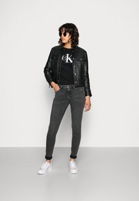 Calvin Klein Jeans - CORE MONOGRAM LOGO - T-shirts med print - black - 1