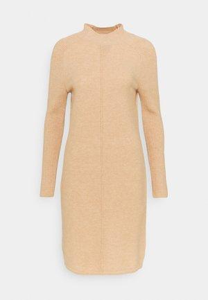 FUNNEL NECK SHIFT - Pletené šaty - cool beige