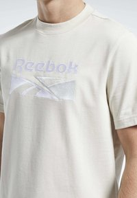 Reebok Classic - CLASSICS SPLIT VECTOR T-SHIRT - Print T-shirt - beige - 3