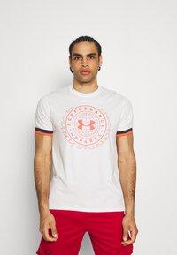 Under Armour - CREST  - Print T-shirt - onyx white - 0