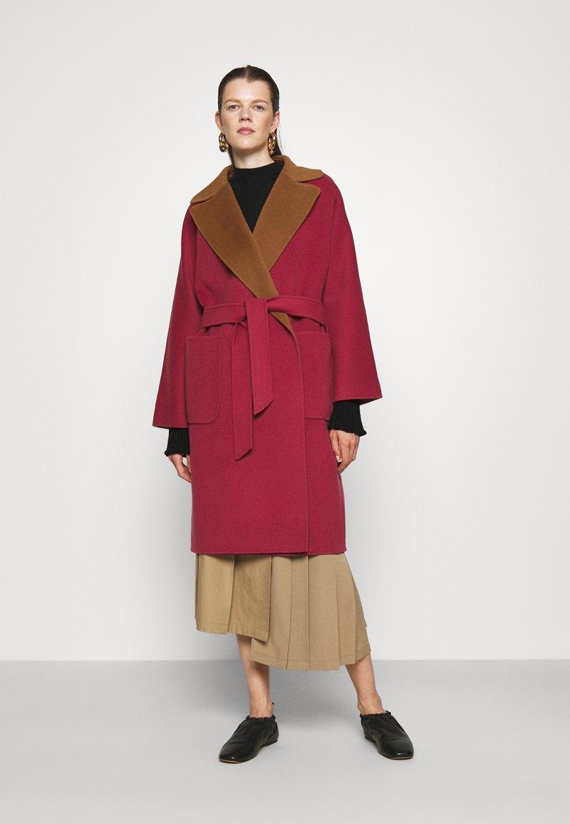 WEEKEND MaxMara - RAIL - Classic coat - bordeaux/camello