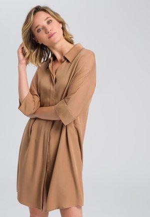 MIT ANGESCHNITTENEM ARM - Shirt dress - camel