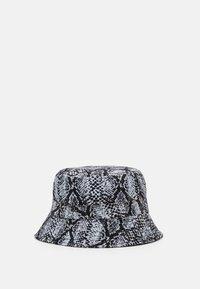 Karl Kani - SIGNATURE SNAKE BUCKET HAT  - Cappello - black/white/red - 1