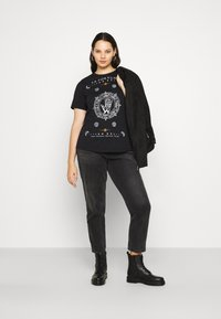 Vero Moda Curve - VMFORTUNA  CURVE - T-shirt med print - black - 1