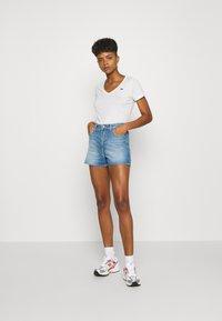 Lee - PRIDE V NECK TEE - T-shirt z nadrukiem - white - 1