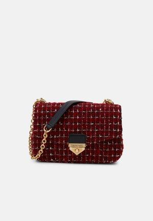 SOHOSM CHAIN - Taška spříčným popruhem - bright red