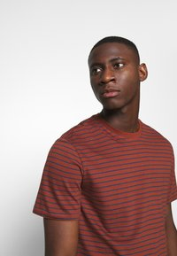 Only & Sons - ONSMICK LIFE STRIPE TEE - Print T-shirt - henna - 3