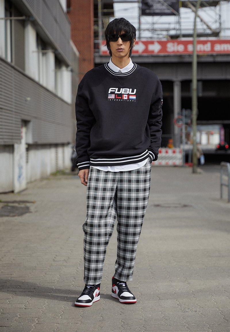 Jordan - AIR 1 MID - Sneakers hoog - white/gym red/black