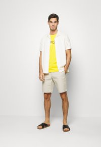 Tommy Hilfiger - BROOKLYN LIGHT BELT - Shorts - beige - 1