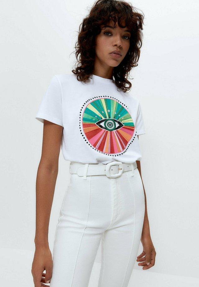 MIT AUFGESTICKTEM MOTIV - T-shirt print - white