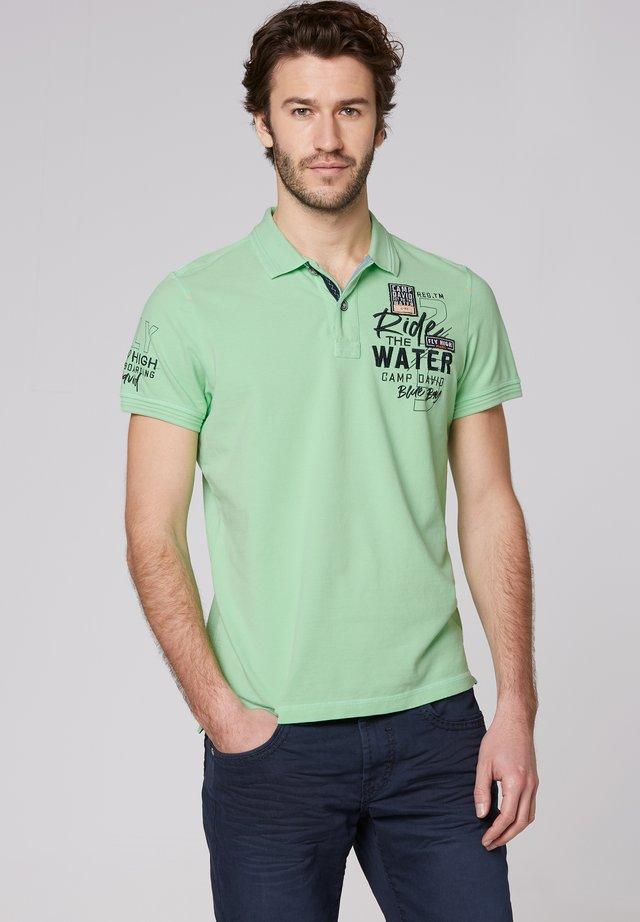 MIT WASCH-EFFEKT UND ARTWORKS - Polo shirt - kiwi green