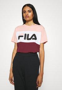 Fila - ALLISON - Print T-shirt - tawny port/coral cloud/bright white - 0
