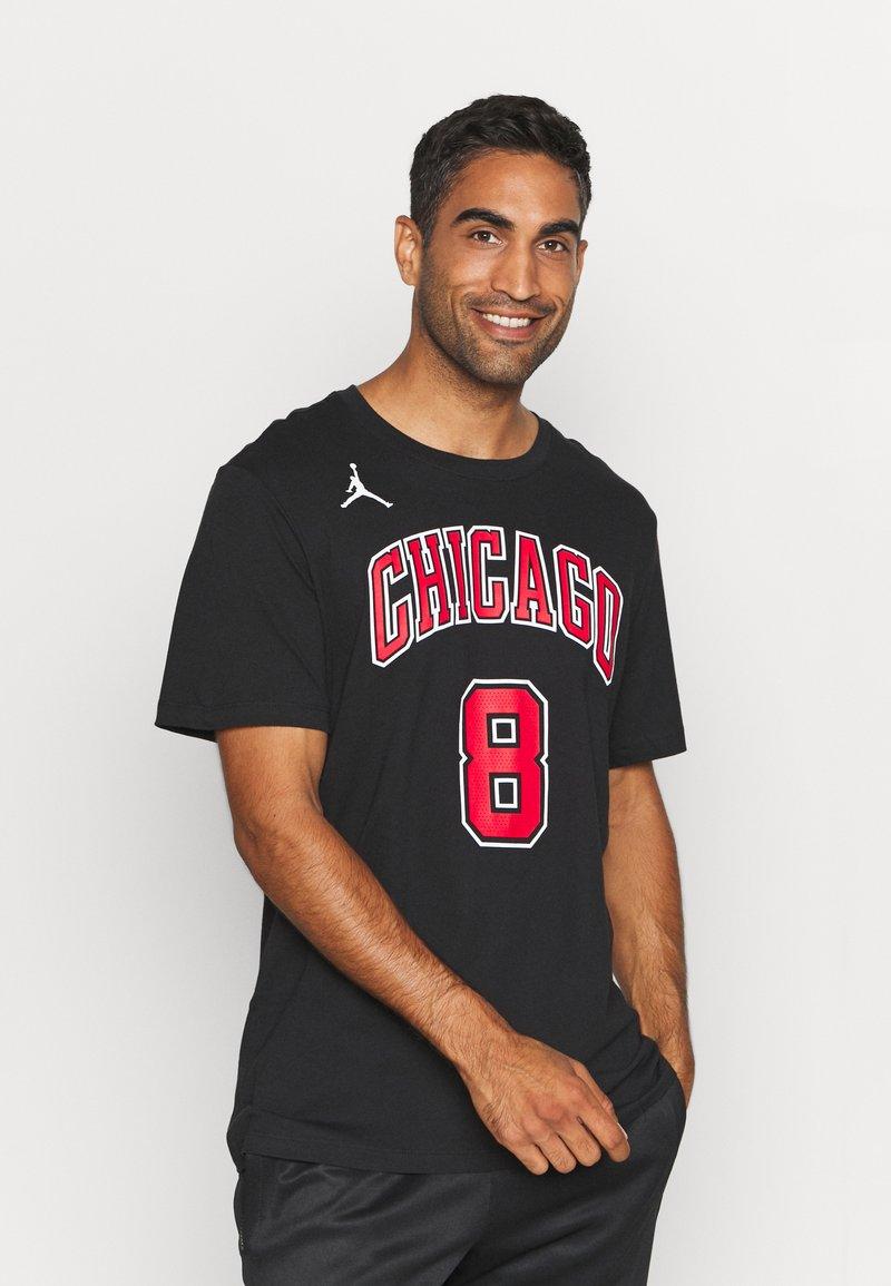 Nike Performance - NBA ZACH LAVINE CHICAGO BULLS STATEMENT NAME NUMBER TEE - Squadra - black