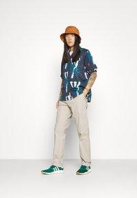 Carhartt WIP - JOHNSON PANT MIDVALE - Pantalones chinos - glaze - 4