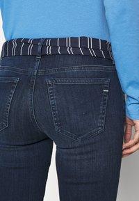 Marc O'Polo - DENIM TROUSER MID WAIST SLIM LEG REGULAR LENGTH BELT SCARF - Slim fit jeans - dark blue wash - 3