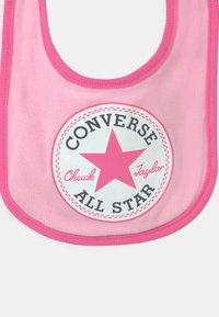 Converse - CHUCK INFANT HAT BIB BOOTIE SET - Beanie - cherry blossom - 2