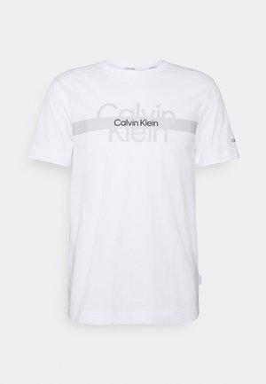 REFLECTIVE CHEST STRIPE UNISEX - Printtipaita - bright white