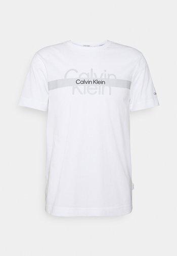 REFLECTIVE CHEST STRIPE UNISEX - Print T-shirt - bright white