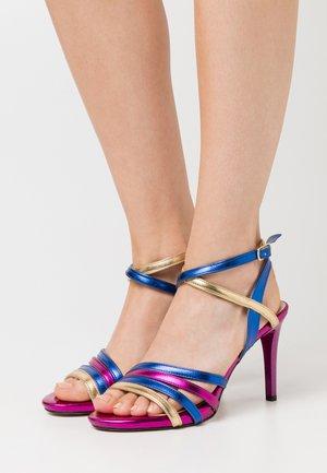 Sandály na vysokém podpatku - çok renkli