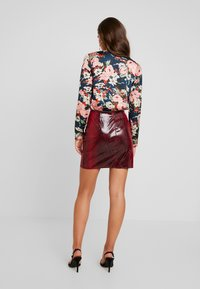 Missguided - TEXTURED SHINY SNAKE PRINT SKIRT - Minijupe - red - 2