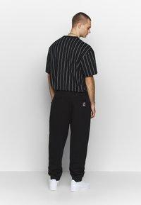 Karl Kani - SIGNATURE RETRO - Pantalon de survêtement - black/white - 2