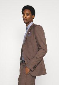 Isaac Dewhirst - PLAIN SUIT - Kostym - brown - 5