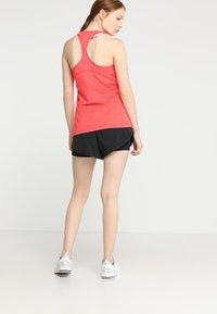 Nike Performance - SHORT 2-IN-1 - Korte sportsbukser - black/white - 2