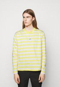 Holzweiler - HANGER STRIPED LONGSLEEVE UNISEX - Long sleeved top - yellow/white - 0