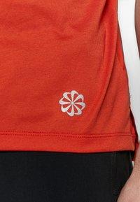 Nike Performance - RISE HYBRID - Camiseta estampada - rust factor - 6