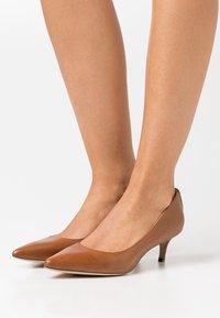 Lauren Ralph Lauren - ADRIENNE - Classic heels - deep saddle tan - 0