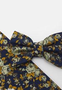 Burton Menswear London - FLORAL BOWTIE AND HANKIE SET - Motýlek - navy - 5