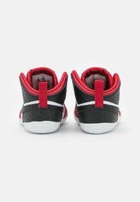 Jordan - 1 CRIB UNISEX - Basketball shoes - university red/black/white - 2