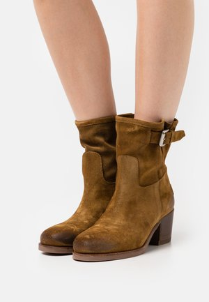 Classic ankle boots - warm brown
