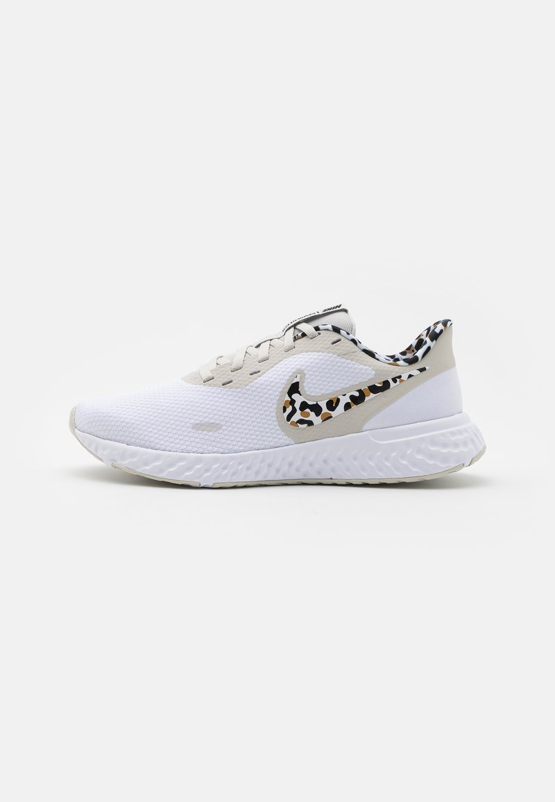 Nike Performance - REVOLUTION 5 PRM - Nøytrale løpesko - white/black/light bone/light brown