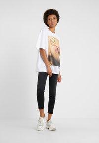 Versace Jeans Couture - Print T-shirt - bianco ottico - 1
