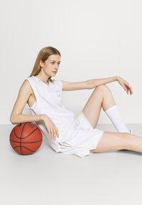 Nike Performance - SHORT - Short de sport - birch heather/pale ivory - 3