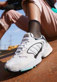 adidas Originals - FALCON 2000  - Sneakersy niskie - grey one/glover pink/core black - 4