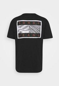 Tommy Jeans - BACK FLAG TEE UNISEX - T-shirt med print - black - 7