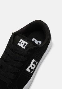 DC Shoes - STRIKER UNISEX - Trainers - black/white - 4