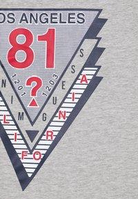 Guess - JUNIOR - Camiseta estampada - light heather grey - 2