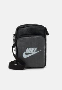 Nike Sportswear - HERITAGE UNISEX - Skulderveske - black/white - 0