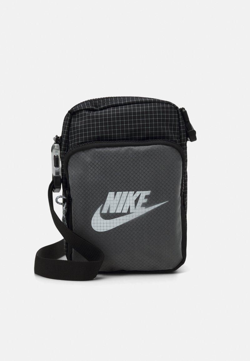 Nike Sportswear - HERITAGE UNISEX - Skulderveske - black/white