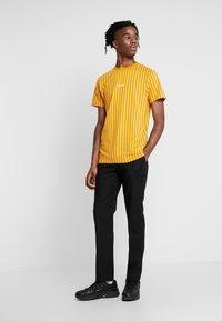 Nominal - DALI TEE - Print T-shirt - mustard - 1