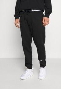 Calvin Klein Jeans - TAPE TRACK PANT - Pantaloni sportivi - black - 0