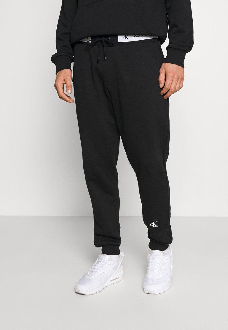 Calvin Klein Jeans - TAPE TRACK PANT - Pantaloni sportivi - black