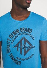 TOM TAILOR DENIM - WITH COINPRINT - Print T-shirt - water sport blue - 5